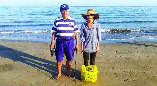 السفير الياباني يجمع النفايات من الشواطئ ويوجه دعوة للعمانيين