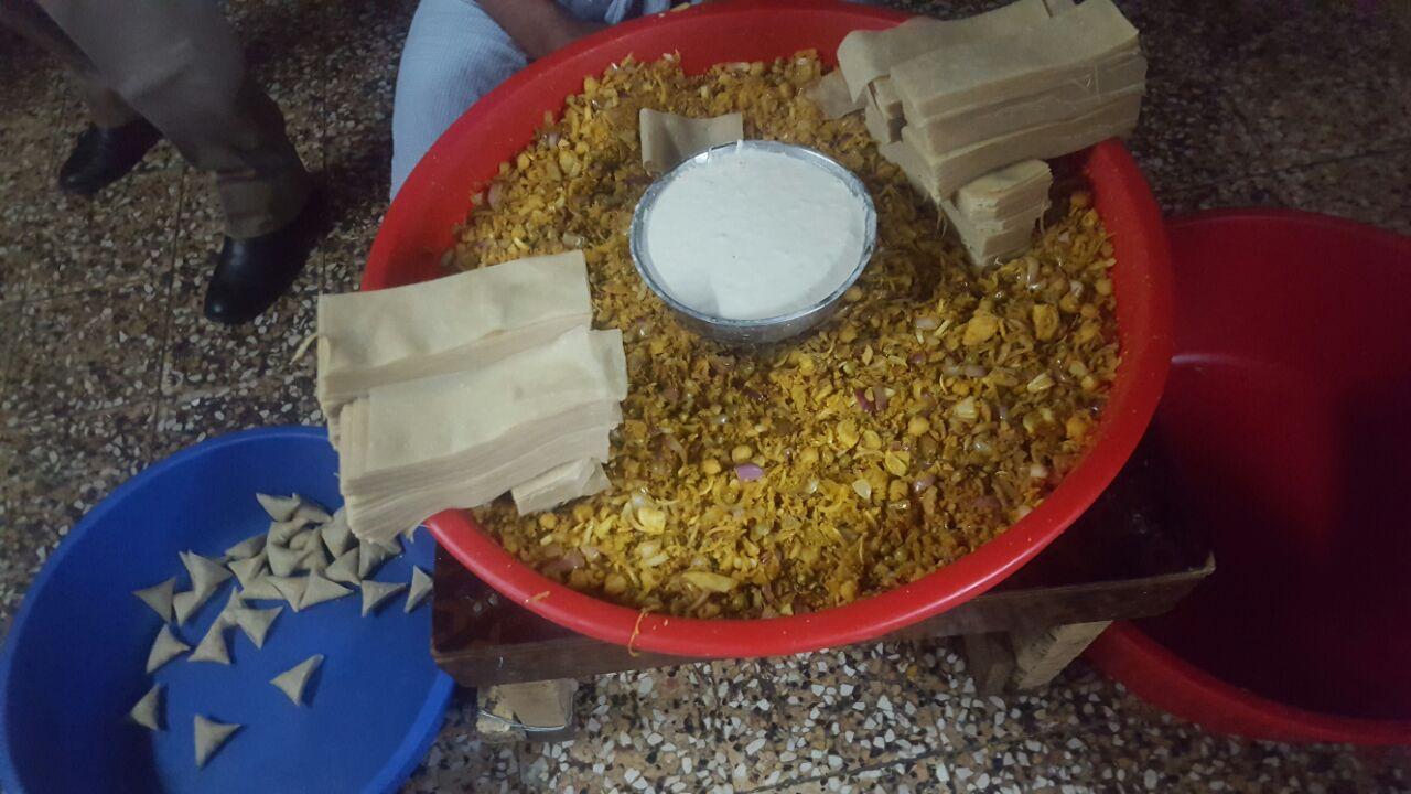 """Photo of بزيوت طبخ في براميل صبغ، وطحين به حشرات..وافدون يُوزّعون """"غشّهم"""" على مراكز التسوق"""