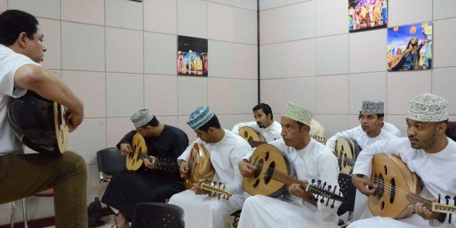 تواصل الدورة التدريبية العاشرة للعازفين بالجمعية العمانية لهواة العود