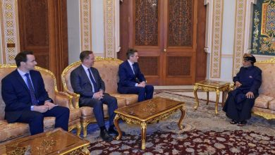 Photo of بالفيديو والصور: شاهد إطلالة جلالة السلطان أثناء استقبال وزير الدفاع البريطاني