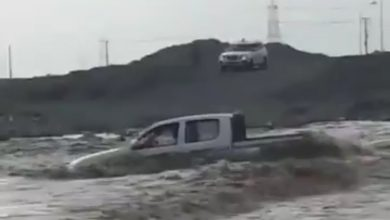 Photo of فيديو مُتداول يُظهِر المجازفة بعبور وادٍ في البريمي