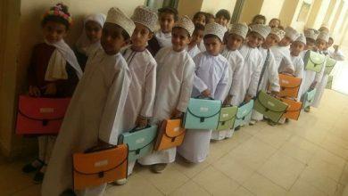 """Photo of بالصور: مدرسة حكومية تضع حلًا بديلًا لـ """"الحقيبة المدرسية"""""""